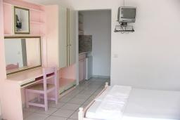 Спальня 2. Греция,  Ханья : Апартамент в комплексе с бассейном и пляжем, с гостиной, тремя спальнями, двумя ванными комнатами и балконом с видом на море