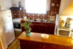 Кухня. Греция, Иерапетра : Апартамент в комплексе с бассейном и в 100 метрах от пляжа, с просторной гостиной, отдельной спальней и балконом