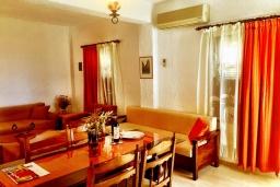 Гостиная. Греция, Иерапетра : Апартамент в комплексе с бассейном и барбекю, с гостиной, отдельной спальней и балконом с видом на море