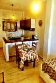 Кухня. Греция, Иерапетра : Апартамент в комплексе с бассейном и барбекю, с гостиной, отдельной спальней и балконом с видом на море