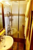 Ванная комната. Греция, Иерапетра : Апартамент в комплексе с бассейном и барбекю, с гостиной, отдельной спальней и балконом с видом на море