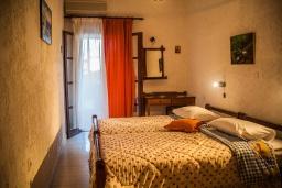 Спальня. Греция, Иерапетра : Апартамент в комплексе с бассейном и барбекю, с гостиной, отдельной спальней и балконом с видом на море