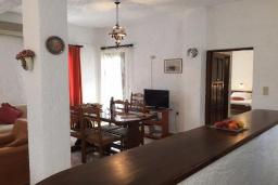 Гостиная. Греция, Иерапетра : Апартамент в комплексе с бассейном и барбекю, с гостиной, двумя спальнями и балконом с видом на море