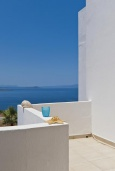 Балкон. Греция,  Ханья : Апартамент в комплексе с бассейном, с гостиной, отдельной спальней и балконом с видом на море