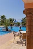 Терраса. Греция,  Ханья : Апартамент в комплексе с бассейном, с гостиной, двумя спальнями и балконом с видом на море