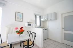 Студия (гостиная+кухня). Греция,  Ханья : Студия в комплексе с бассейном и садом