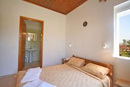 Спальня. Греция,  Ханья : Отдельный домик в комплексе с бассейном и садом, с гостиной, двумя спальнями, двумя ванными комнатами и террасой с видом на море