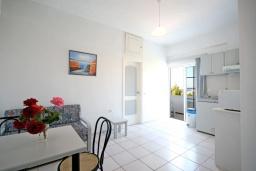 Гостиная. Греция,  Ханья : Апартамент в комплексе с бассейном и садом, с гостиной, двумя спальнями и балконом с видом на море