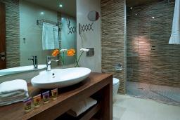 Ванная комната. Греция, Агия Марина : Улучшенный трехместный номер в комплексе с бассейном и в 100 метрах от пляжа