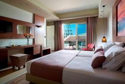 Спальня. Греция, Агия Марина : Улучшенный трехместный номер в комплексе с бассейном и в 100 метрах от пляжа