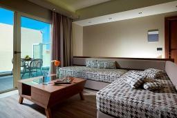 Гостиная. Греция, Агия Марина : Двухуровневый полулюкс с гостиной и отдельной спальней в комплексе с бассейном и в 100 метрах от пляжа