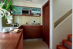 Кухня. Греция, Агия Марина : Двухуровневый полулюкс с гостиной и отдельной спальней в комплексе с бассейном и в 100 метрах от пляжа