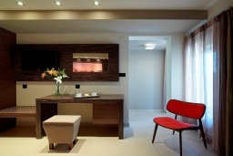 Спальня. Греция, Агия Марина : Двухуровневый полулюкс с гостиной и отдельной спальней в комплексе с бассейном и в 100 метрах от пляжа