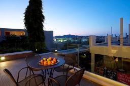 Балкон. Греция, Агия Марина : Двухуровневый полулюкс с гостиной и отдельной спальней в комплексе с бассейном и в 100 метрах от пляжа