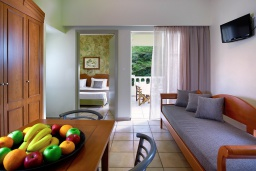 Гостиная. Греция, Агия Марина : Семейный апартамент с гостиной и отдельной спальней в комплексе с бассейном и в 100 метрах от пляжа