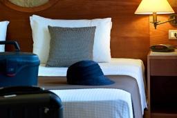 Спальня. Греция, Агия Марина : Семейный апартамент с гостиной и отдельной спальней в комплексе с бассейном и в 100 метрах от пляжа