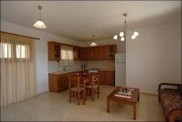 Гостиная. Греция, Ваи : Улучшенный апартамент в комплексе с бассейном, с гостиной, отдельной спальней и террасой