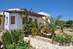 Фасад дома. Греция, Ваи : Апартамент в 50 метрах от пляжа, с гостиной, отдельной спальней и террасой с видом на море