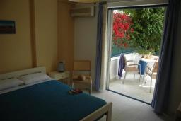 Спальня. Греция, Сития : Двухместный номер в 20 метрах от пляжа
