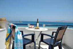 Балкон. Греция, Сития : Апартамент в 20 метрах от пляжа, с гостиной, отдельной спальней и балконом
