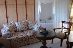 Гостиная. Греция, Сития : Апартамент в комплексе с бассейном, с гостиной, отдельной спальней и террасой с видом на море