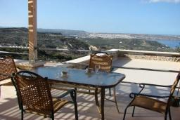 Терраса. Греция, Сития : Апартамент в комплексе с бассейном, с гостиной, отдельной спальней и террасой с видом на море