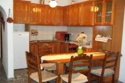 Кухня. Греция, Амудара : Апартамент в комплексе с бассейном, с гостиной, двумя спальнями и террасой