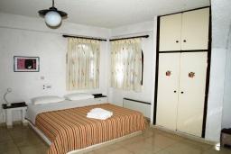 Спальня. Греция, Миртос : Апартамент в комплексе с бассейном, с гостиной, двумя спальнями, двумя ванными комнатами и балконом