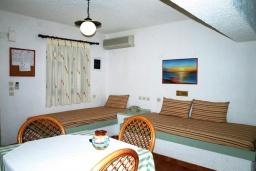 Гостиная. Греция, Миртос : Апартамент в комплексе с бассейном, с гостиной, двумя спальнями, двумя ванными комнатами и балконом