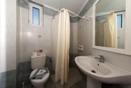 Ванная комната. Греция, Скалета : Улучшенный апартамент в комплексе с бассейном, с гостиной, отдельной спальней и балконом с видом на море