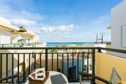 Балкон. Греция, Скалета : Улучшенный апартамент в комплексе с бассейном, с гостиной, отдельной спальней и балконом с видом на море