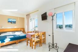 Спальня. Греция, Скалета : Апартамент в комплексе с бассейном, с гостиной, двумя спальнями и балконом с видом на море