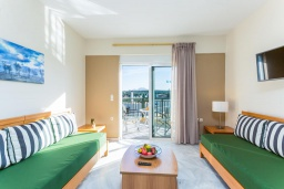 Гостиная. Греция, Скалета : Апартамент в комплексе с бассейном, с гостиной, двумя спальнями и балконом с видом на море