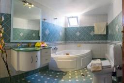 Ванная комната. Греция, Ретимно : Прекрасный апартамент с гостиной, тремя спальнями, двумя ванными комнатами, балконом с видом на море