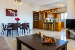 Гостиная. Греция, Ретимно : Прекрасный апартамент с гостиной, тремя спальнями, двумя ванными комнатами, балконом с видом на море