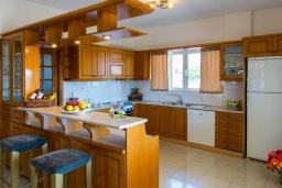 Кухня. Греция, Ретимно : Прекрасный апартамент с гостиной, тремя спальнями, двумя ванными комнатами, балконом с видом на море