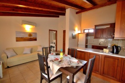Гостиная. Греция, Ретимно : Улучшенный апартамент с гостиной, отдельной спальней и балконом, в 100 метрах от пляжа