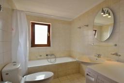 Ванная комната. Греция, Ретимно : Улучшенный апартамент с гостиной, отдельной спальней и балконом, в 100 метрах от пляжа