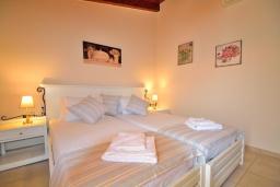 Спальня. Греция, Ретимно : Улучшенный апартамент с гостиной, отдельной спальней и балконом, в 100 метрах от пляжа