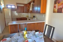 Кухня. Греция, Ретимно : Улучшенный апартамент с гостиной, отдельной спальней и балконом, в 100 метрах от пляжа