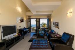 Гостиная. Греция, Ретимно : Двухуровневый мезонет с гостиной, тремя спальнями, двумя ванными комнатами и балконом с видом на море, 50 метров до пляжа