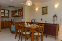Кухня. Греция, Ретимно : Двухуровневый мезонет с гостиной, тремя спальнями, двумя ванными комнатами и балконом с видом на море, 50 метров до пляжа