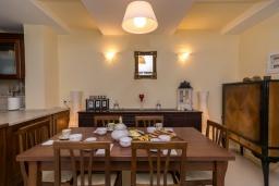 Обеденная зона. Греция, Ретимно : Двухуровневый мезонет с гостиной, тремя спальнями, двумя ванными комнатами и балконом с видом на море, 50 метров до пляжа