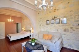 Студия (гостиная+кухня). Греция, Ретимно : Роскошная студия с кондиционером, плазменным телевизором и двориком