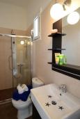 Ванная комната. Греция, Ретимно : Роскошная апартамент с гостиной, тремя спальнями, двумя ванными комнатами и балконом