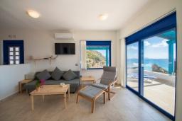 Гостиная. Греция, Превели : Прекрасный апартамент в 50 метрах от пляжа, с гостиной, отдельной спальней и террасой с видом на море
