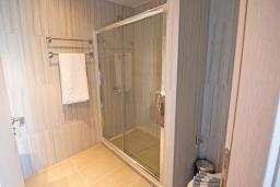 Ванная комната 2. Греция,  Ханья : Прекрасный апартамент в 100 метрах от пляжа, с гостиной, двумя спальнями, двумя ванными комнатами и балконом