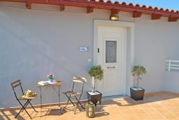 Терраса. Греция,  Ханья : Прекрасный пентхаус 100 метрах от пляжа, с гостиной, отдельной спальней и большой террасой