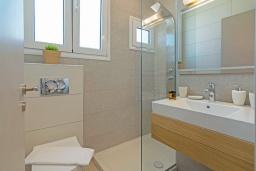 Ванная комната. Греция,  Ханья : Современный апартамент в комплексе с бассейном, в 50 метрах от пляжа, с гостиной, двумя спальнями и балконом с видом на море