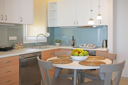 Кухня. Греция,  Ханья : Современный апартамент в комплексе с бассейном, в 50 метрах от пляжа, с гостиной, тремя спальнями, двумя ванными комнатми и балконом с видом на море